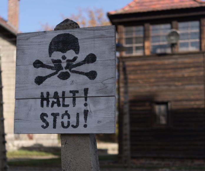 Warntafel im ehemaligen Konzentrationslager Auschwitz. Foto CNN International