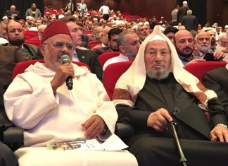 Scheich Ahmed al-Raissouni (links), Nachfolger von Scheich Yusuf Qaradawi (rechts). Foto Jerusalem Center for Public Affairs / Arabische Presse.