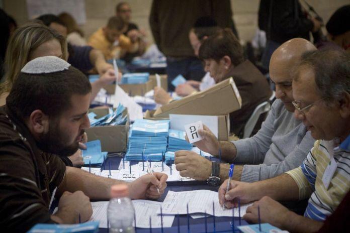 Offizielle zählen die letzten Stimmzettel nach den Parlamentswahlen am 18. März 2015. Foto Miriam Alster/Flash90