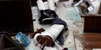 Thora-Schriftrollen, die bei einem Angriff auf eine Jerusalemer Synagoge zerstört wurden. Foto Facebook