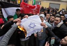 Symbolbild. Teilnehmer einer Demonstration verbrennen im Dezember 2017 eine Fahne mit einem Davidstern in Berlin im Stadtteil Neukölln. Foto Jüdisches Forum für Demokratie und gegen Antisemitismus e.V / www.jfda.de