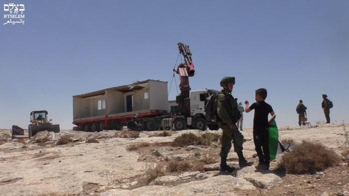 Sogenannte Klassenzimmer durch die EU finanziert mitten in der Landschaft der South Hebron Hills. Foto Screenshot Youtube/ Btselem