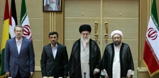 Mahmoud Ahmadinejad während der 5. Internationalen Konferenz zur Unterstützung der palästinensischen Intifada in Teheran im Oktober 2011. Foto http://farsi.khamenei.ir/photo-album?id=17400#i, CC BY 4.0, https://commons.wikimedia.org/w/index.php?curid=63737214