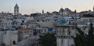Blick auf die Jerusalemer Altstadt. Links die Erlöserkirche. Foto ReeveJ, CC BY-SA 3.0, https://commons.wikimedia.org/w/index.php?curid=35707652