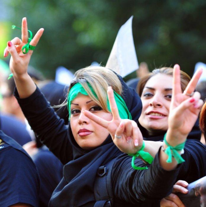 Anlässlich einer Demonstration in Teheran am 17. Juni 2009. Foto Hamed Saber - ursprünglich gepostet bei Flickr als 5. Tag - 3V, CC BY 2.0, https://commons.wikimedia.org/w/index.php?curid=7088598