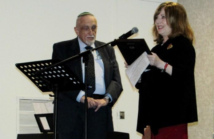 A destra: Marcia Abromowitz consegna il riconoscimento a Manfred Gerstenfeld.