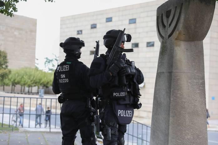 Dresden - Nach Attentat in Halle: Verstärkte Sicherheitsvorkehrungen an Dresdner Synagoge. Foto imago images / xcitepress