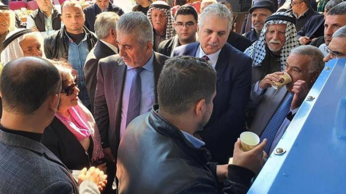 Menschen in Gaza trinken Wasser aus der neuen Watergen-Maschine. Foto zVg