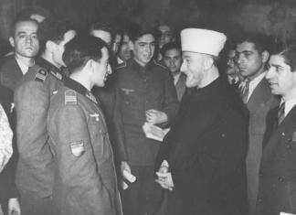 "Amin el Husseini im Gespräch mit islamischen Freiwilligen, u.a. der ""Legion Aserbaidschan, Berlin, 19.12.1942. Foto Bundesarchiv, Bild 147-0483 / CC-BY-SA 3.0, CC BY-SA 3.0 de, https://commons.wikimedia.org/w/index.php?curid=5337525"