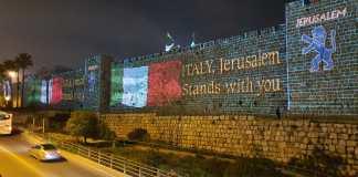 Die Mauern der Altstadt von Jerusalem wurden am Sonntagabend in den Farben der italienischen Fahne beleuchtet, als Zeichen der Solidarität mit dem italienischen Volk während der Krise wegen des Coronavirus. Foto Amichai Stein / Twitter