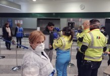 "Freiwillige Helfer des Katastrophenschutzes bei der Gesundheitskontrolle am Flughafen ""Milano Malpensa"". Foto Dipartimento Protezione Civile - https://www.flickr.com/photos/dpcgov/49496883202/, CC BY 2.0, https://commons.wikimedia.org/w/index.php?curid=87420235"