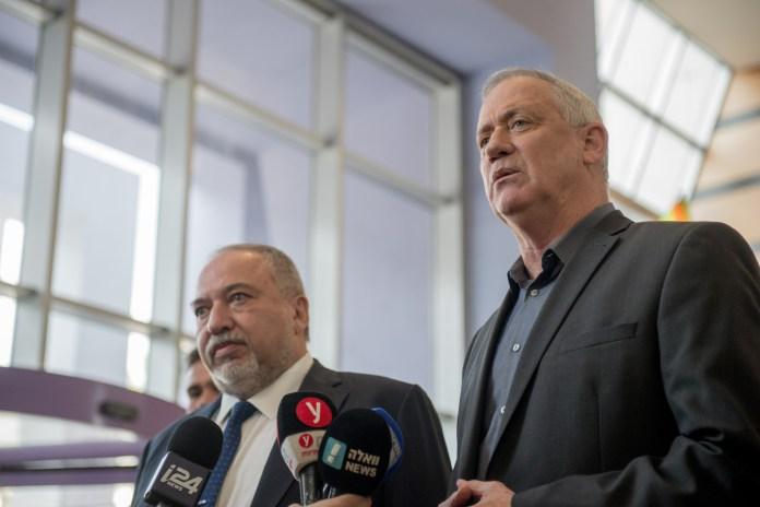 Avigdor Lieberman (L), Vorsitzender der Yisrael-Beytenu-Partei, und Benny Gantz (R), Vorsitzender der Blau-Weiss-Partei, geben im Anschluss an ihr Treffen, bei dem sie den Aufbau der nächsten israelischen Regierung besprachen, im Kfar-Makkabiah-Kongresszentrum in Ramat Gan eine Erklärung an die Presse ab. Ramat Gan, 9. März 2020. Foto Kobi Richter/TPS