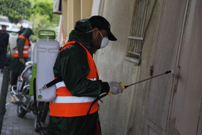 Städtische Mitarbeiter in Gaza-Stadt desinfizieren ein öffentliches Gebäude und seine Umgebung als Vorsichtsmassnahme gegen das Coronavirus. Gaza, 9. März 2020. Foto Majdi Fathi/TPS