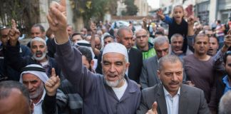 Scheich Raed Salah am 27. Oktober 2015 mit Anhängern vor dem Jerusalemer Bezirksgericht. Foto Yonatan Sindel/Flash90