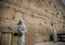 Am 31. März 2020 desinfizieren Arbeiter die Klagemauer in der Altstadt von Jerusalem als vorbeugende Massnahme gegen die Verbreitung des Coronavirus. Foto Yonatan Sindel/Flash90