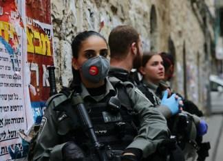 Polizisten patrouillieren in den Strassen von Mea Shearim in Jerusalem am 30. März 2020. Foto Yehonatan Valtser/TPS