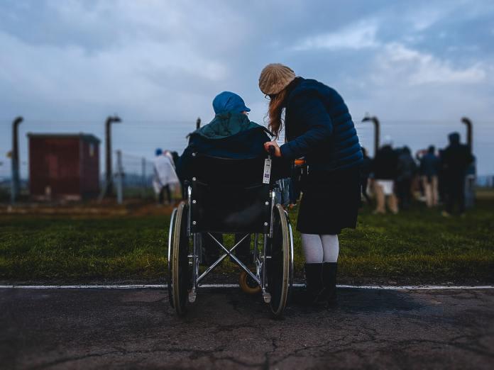 Das ist Siggy Weiser. Er ist ein Überlebender des Holocaust. 75 Jahre später erlebt er, wie jüdische Kinder im Vernichtungslager Auschwitz beten, wo er täglich mit dem Tod bedroht wurde. Foto Josh Appel / Unsplash.com