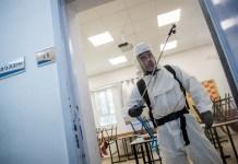 Ein Mitarbeiter desinfiziert ein Gymnasium in Jerusalem, 3. Juni 2020. Foto Yonatan Sindel/Flash90