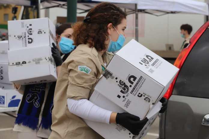Freiwillige, die Lebensmittelpakete für bedürftige Familien in Tel Aviv vorbereiten, die ihr Haus nicht zum Einkaufen verlassen können. Foto Eitan Elhadez/TPS