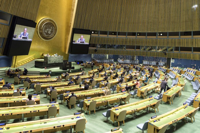 Munir Akram (am Podium und auf Bildschirmen), Präsident des Wirtschafts- und Sozialrats (ECOSOC) und Bevollmächtigter Pakistans bei den Vereinten Nationen. Foto UN Photo/Manuel Elías