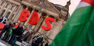 """Anhänger der BDS-Kampagne (Boycott, Divestment and Sanctions) aus ganz Europa protestieren mit einer Kundgebung vor dem Reichstagsgebäude gegen den Beschluss des Bundestags von 17. Mai 2019 mit dem Titel: """"BDS-Bewegung entschlossen entgegentreten - Antisemitismus bekämpfen"""" Foto imago images / snapshot"""
