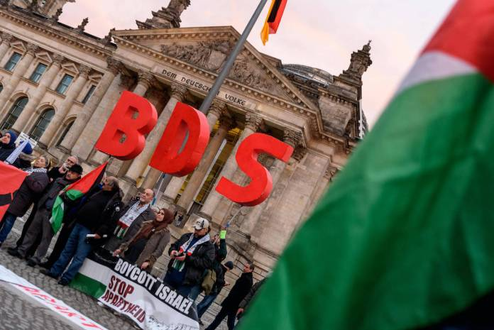 Anhänger der BDS-Kampagne (Boycott, Divestment and Sanctions) aus ganz Europa protestieren mit einer Kundgebung vor dem Reichstagsgebäude gegen den Beschluss des Bundestags von 17. Mai 2019 mit dem Titel: