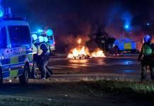 Bereitschaftspolizei und Rauch aus brennenden Reifen und Paletten sowie Feuerwerkskörper, als einige hundert Demonstranten am 28. August 2020 im Stadtteil Rosengard in Malmö, Schweden, randalieren. Foto imago images / TT