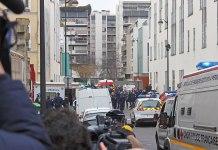Vue de la zone du 11e arrondissement interdite aux badauds par la police après la fusillade au siège de Charlie Hebdo, prise avec l'aide du journaliste de LCP Jérémie Hartmann. Foto Thierry Caro / Jérémie Hartmann, CC BY-SA 4.0, https://commons.wikimedia.org/w/index.php?curid=37722952