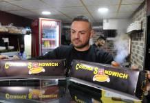 """Ein palästinensischer Angestellter des neu eröffneten """"Corona Sandwich"""" Restaurants, bereitet eine Bestellung vor in der Stadt Bethlehem, am 21. November 2020. Foto imago images / ZUMA Wire"""
