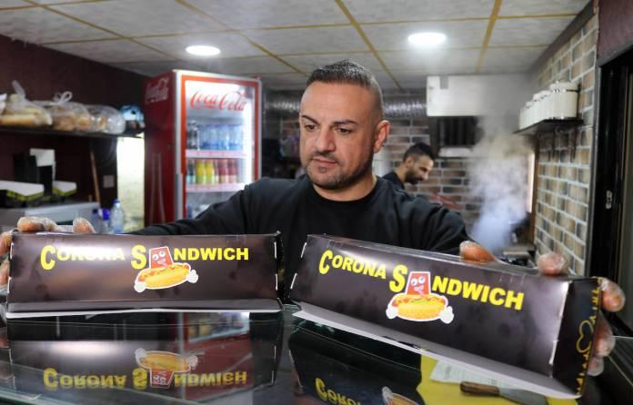 Ein palästinensischer Angestellter des neu eröffneten