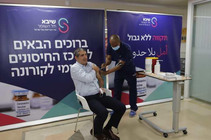 Die Covid-19-Zweitdosis-Impfung begann im Sheba Medical Center am 9. Januar 2021 und der Generaldirektor des Medical Center, Prof. Yitshak Kreiss, war unter den ersten Israelis, die sie erhielten. Foto Eitan Elhadez-Barak/TPS