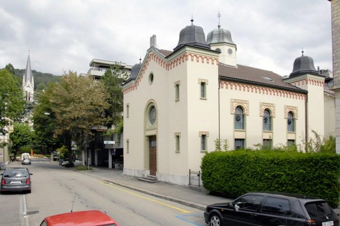 An der Tür der Synagoge in Biel wurden eingeritzte antisemitische Symbole und Parolen vorgefunden. Foto SIG