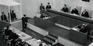 Der Angeklagte Adolf Eichmann (in der Glaskabine) wird vom Gericht zum Abschluss des Prozesses am 15. Dezember 1961 zum Tode verurteilt. Foto National Photo Collection of Israel, Photography dept. Goverment Press Office, Public Domain