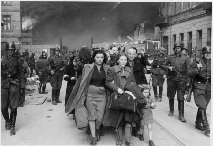 Deutsche Truppen, die nach dem Aufstand im Warschauer Ghetto deportierte Juden abführen (1943). Foto United States Holocaust Memorial Museum / PD