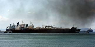 Das iranische Schiff Forest (hinten) liegt am Dock der Raffinerie El Palito, Venezuela. Foto IMAGO / ZUMA Wire, Juan Carlos Hernandez