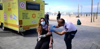 Eine israelische Frau wird in einer temporären Einrichtung des israelischen Rettungsdienstes Magen David Adom in Tel Aviv gegen COVID-19 geimpft. Foto IMAGO / Xinhua
