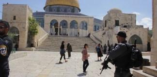 Israelische Polizisten und muslimische Waqf Wachleute auf dem Tempelberg in Jerusalem, 24. Mai 2017. Foto Mati Amar/TPS