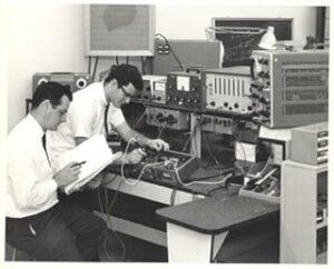 engenheiros testando um 1176