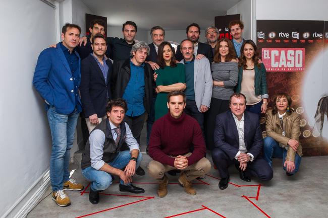 Actores y productores de 'El Caso' posan en la presentación de la serie en Madrid.