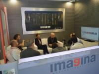 Reunión en el stand de Imagina International Sales.
