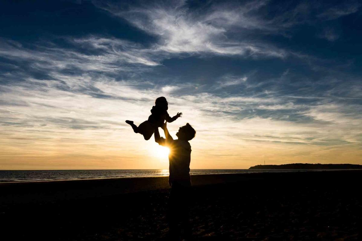 faire voler son enfant, photo de famille à la mer, photographe famille manche, audrey guyon