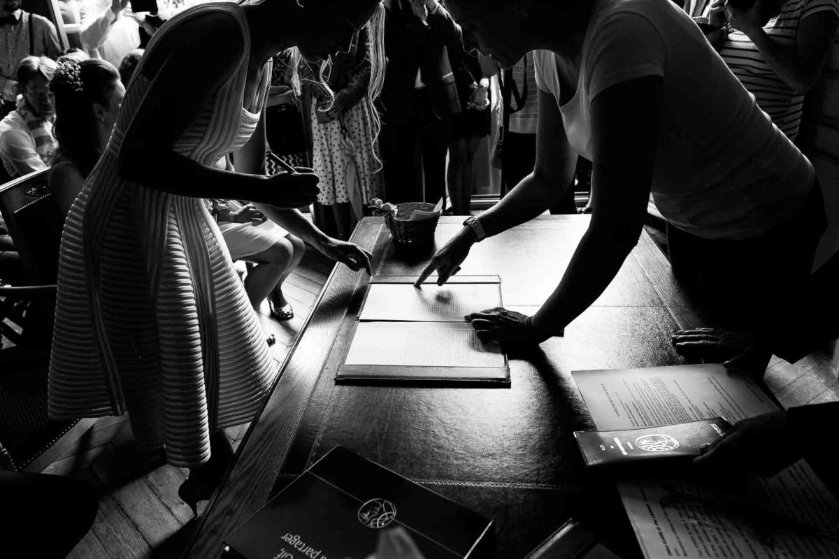 signatures des mariés à la mairie, mariage à massy, reportage mariage en région parisienne, photographe mariage paris