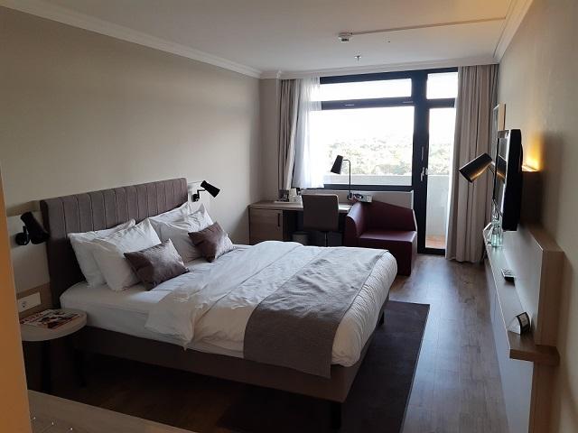 Zimmer mit Balkon im Crowne Plaza Frankfurt