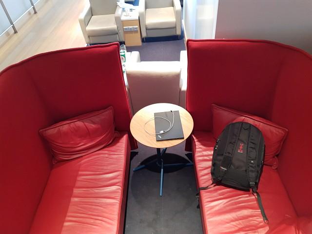 rote Couch am Flughafen Thessaloniki