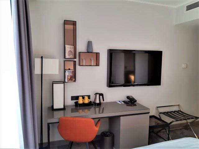 Fernseher und Schreibtisch im Hotel