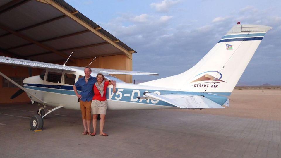 Elke Zapf und Wolfgang Eckart vor einer Cessna, mit der sie gleich über die Wüste Namib fliegen