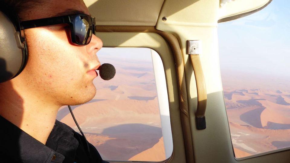 """Unser Pilot der Cessna von """"Desert Air"""", mit dem wir über die Wüste Namib fliegen und die Düne 45 von oben sehen."""