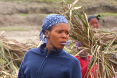 Suedafrika-Bulungula-Xhosa-Frau-blau-Feld
