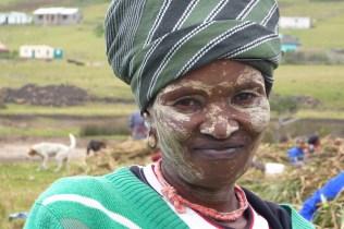 Suedafrika-Bulungula-Xhosa-Frau-gruen