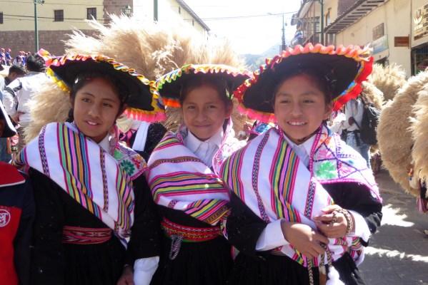 Peru-Cusco-feiert-Maedchen